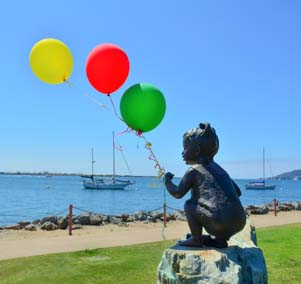 Statue of kid with balloons
