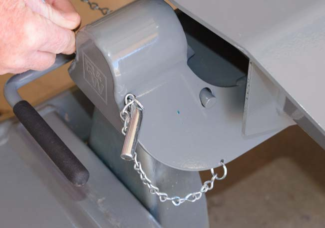 Fifth wheel hitch head chain link