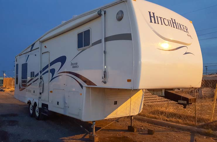 Hitchhiker fifth wheel trailer sustained little damage in 5th wheel trailer rollover accident