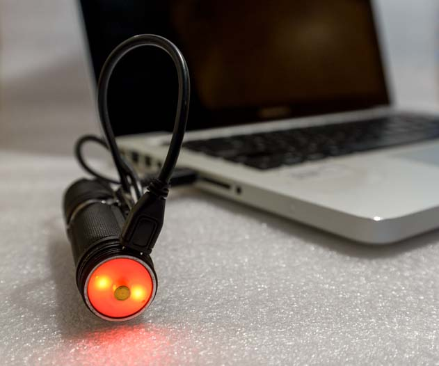 Lumintop EDC25 1000 lumen flashlight turns red when it is charging