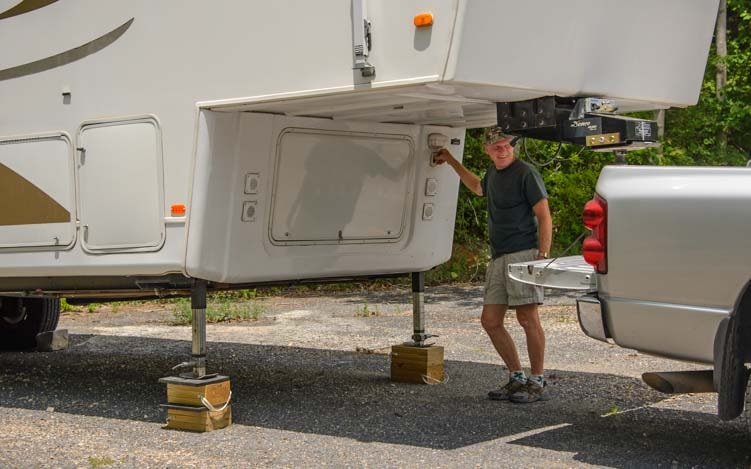 Operating the electric landing jacks on a fifth wheel trailer-min