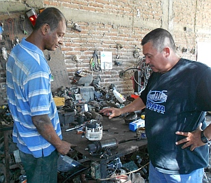 Ismael and Chebio chat about the alternator, Cihuatlan, Mexico