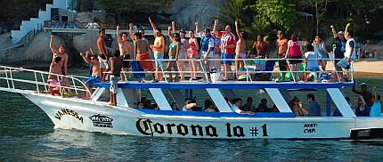 Acapulco - kids chanting on a Corona boat in Puerto Marques