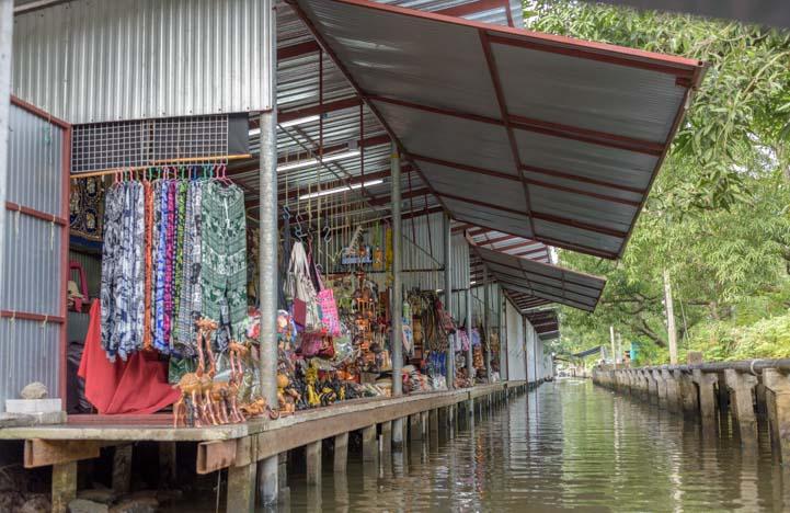 Shopping Damnoen saduak floating market Bangkok Thailand
