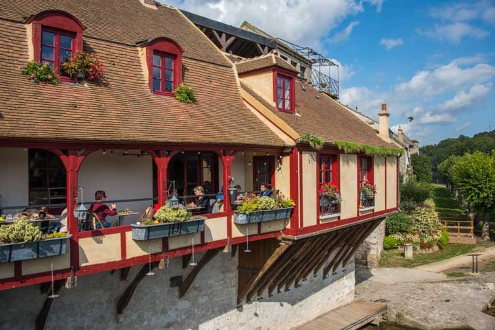 Restaurant on the river Moret sur Loing France-min