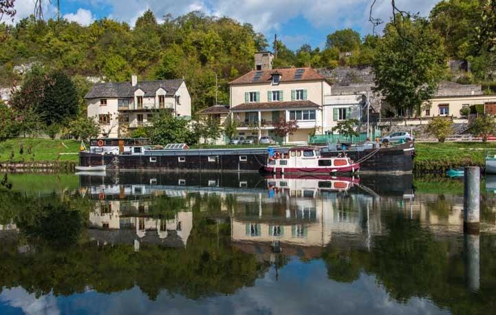 Loing River scene Moret sur Loing France-min