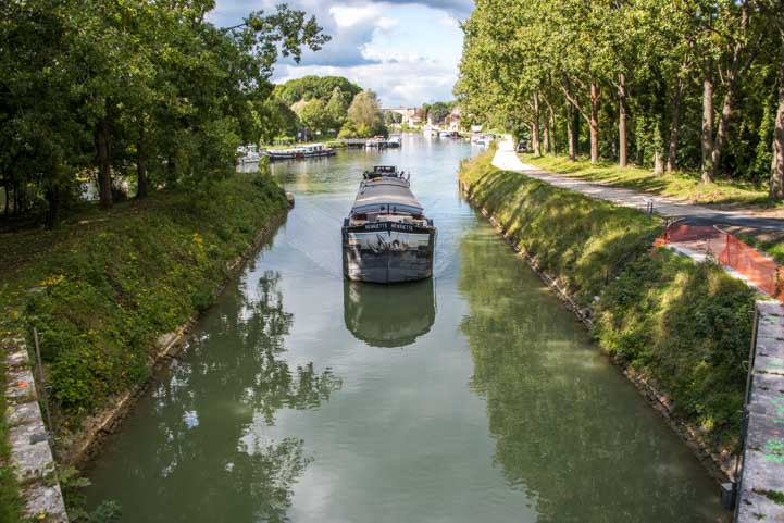 Barge approaches locks Moret sur Loing France-min