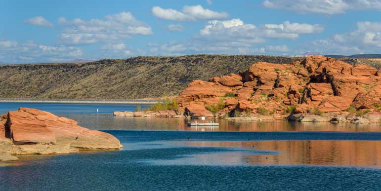 The lake at Sand Hollow State Park Utah-min