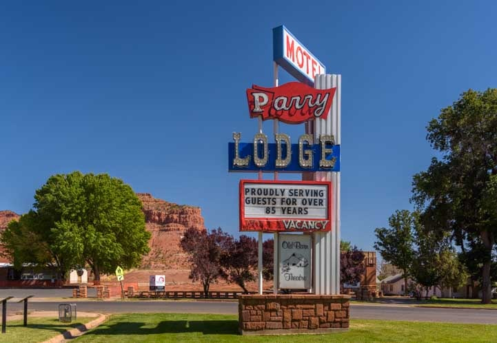 Sign at Historic Parry Lodge in Kanab Utah-min