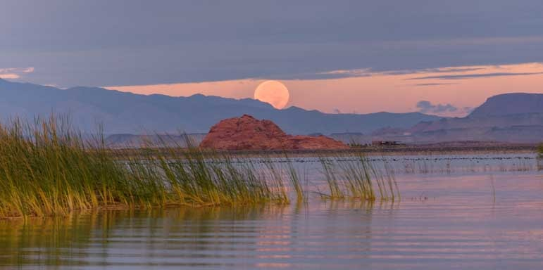 Full moon rising Sand Hollow State Park Utah-min