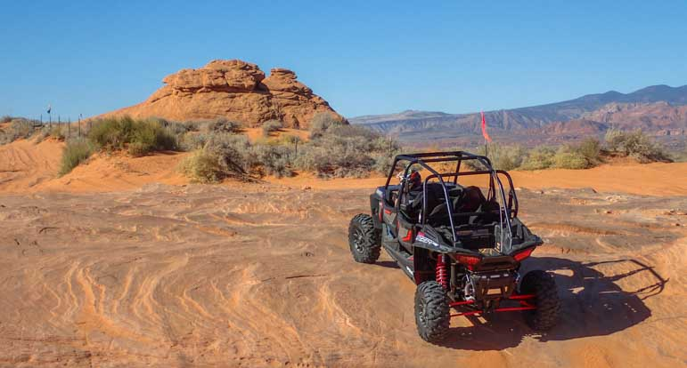 Polaris RZR 1000 4-seater climbing rocks-min