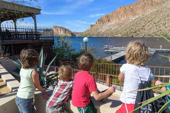 Kids wait for Dolly Steamboat ride at Canyon Lake Arizona-min