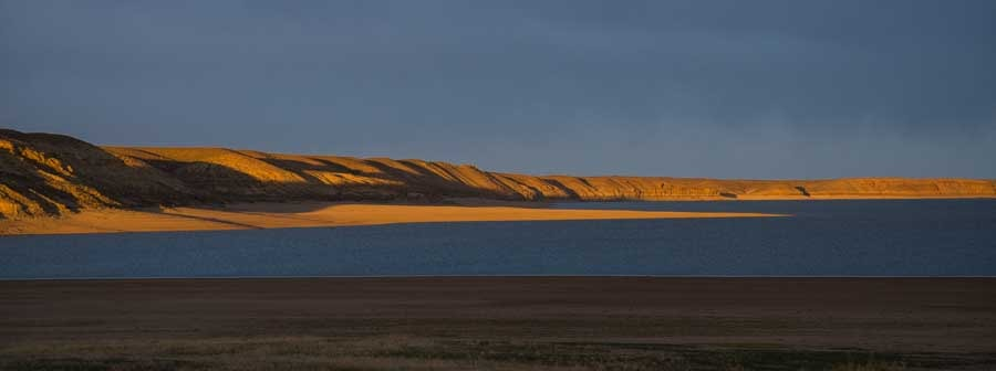 Red rocks at sunset Fontenelle Reservoir Wyoming-min