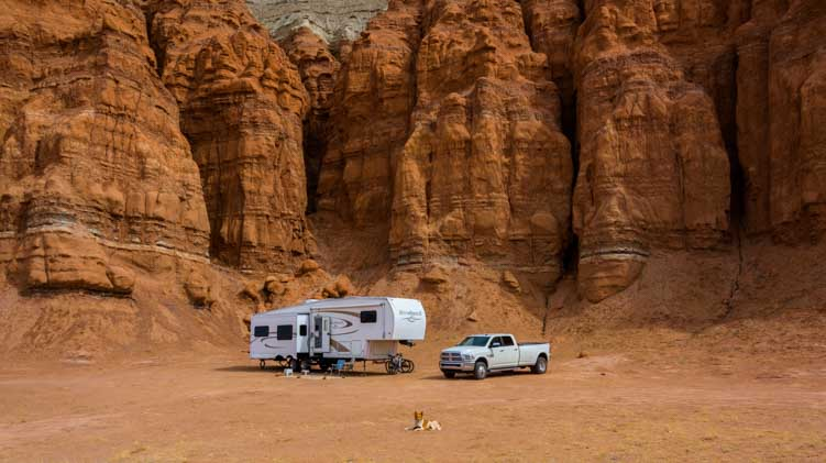 RV fifth wheel trailer boondocking in Utah-min