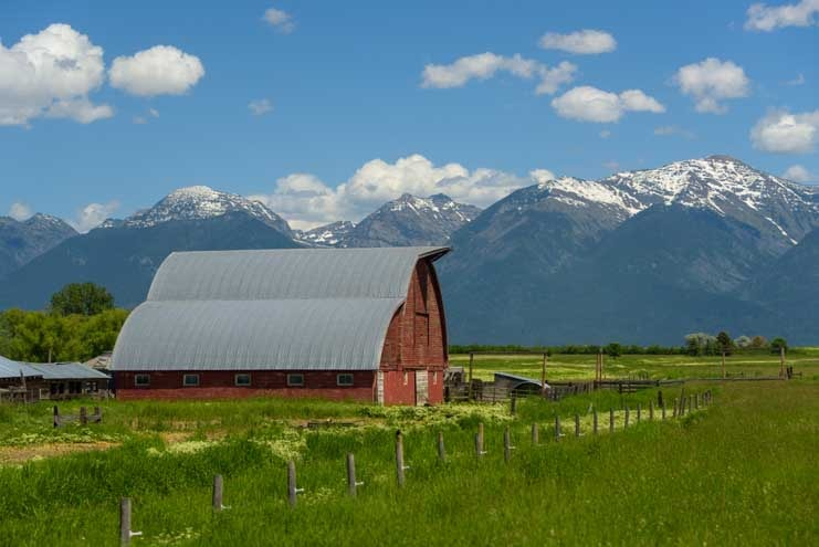 Barn in the mountains Montana-min