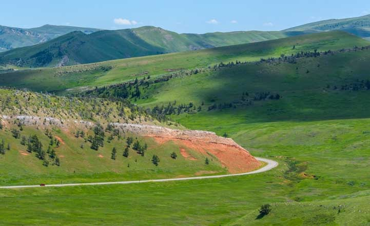 Chief Joseph Scenic Byway Wyoming Red rocks and green grass-min