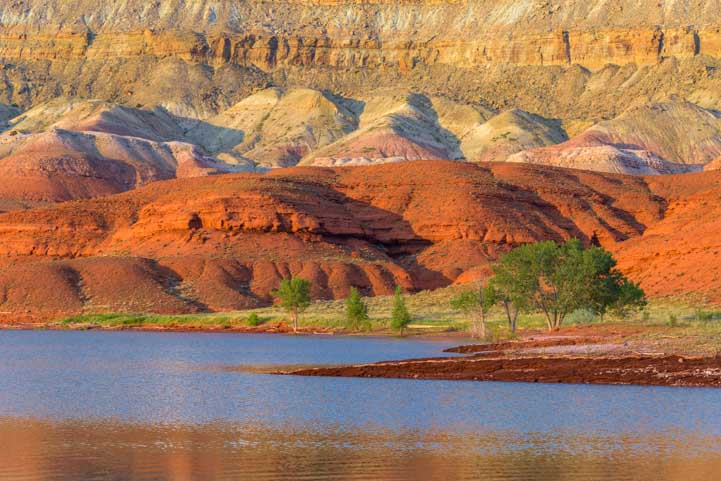 Sunrise Red rocks Horseshoe Bend beach Bighorn Canyon National Recreation Area RV trip in Montana and Wyoming-min
