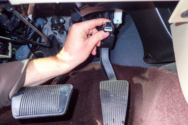 Installing the Edge Amp'd Throttle Booster_-min