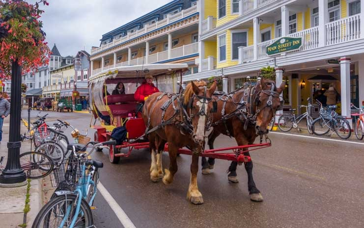Mackinac Island horse drawn wagon in Michigan-min