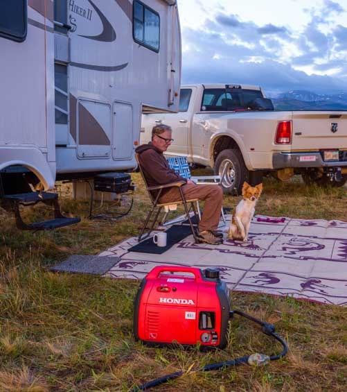 Honda EU2200i Generator charges batteries while RV camping-min