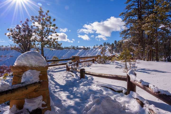 Trail with snow at Bryce Canyon National Park-min