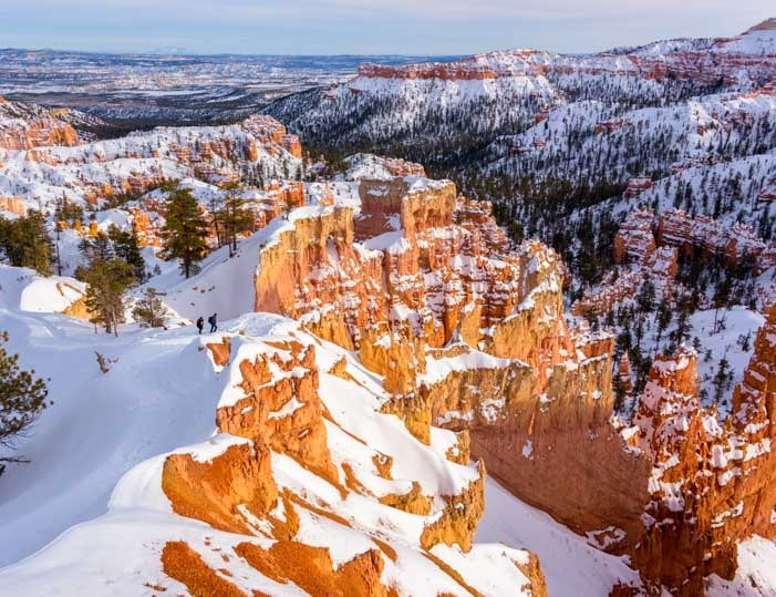 Hikers at Bryce Canyon National Park with snow in winter-min