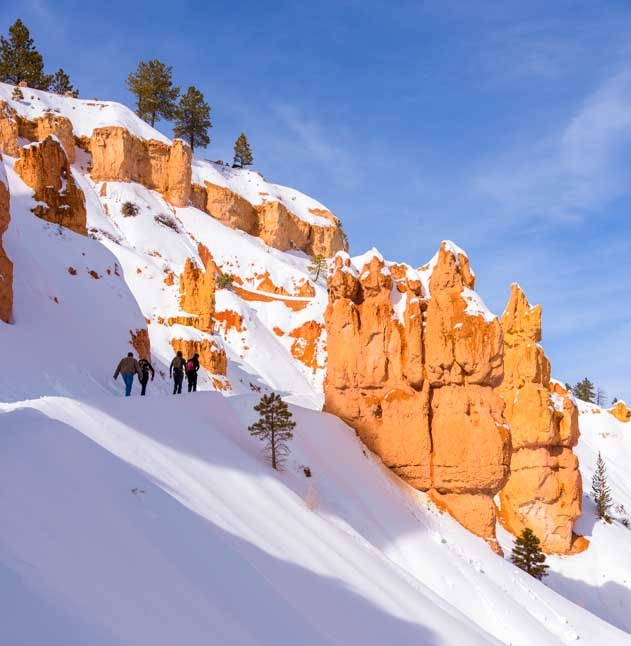 Hiking at Bryce Canyon National Park with snow in winter-min