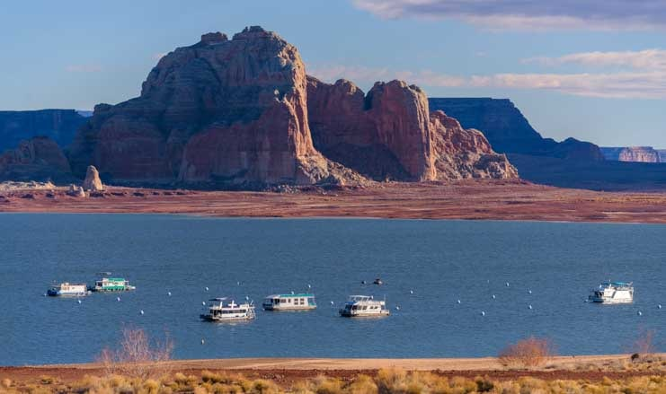 Houseboats at Glen Canyon Arizona-min