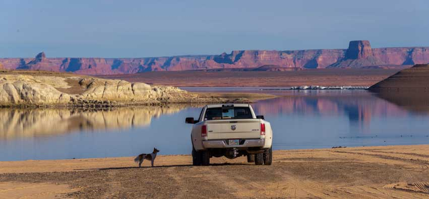 Driving on Glen Canyon beach in Arizona-min