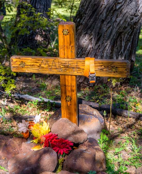 Grave marker cross in the woods-min