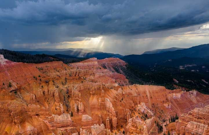 Light shafts Cedar Breaks National Monument Utah-min