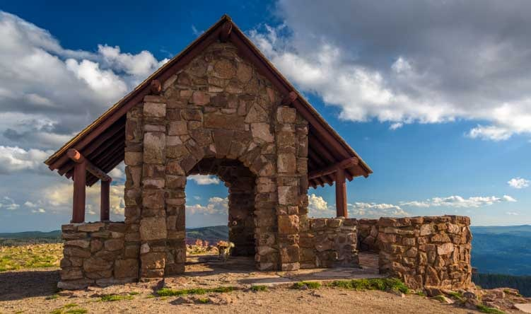 Stone building at the Brian Head overlook in Utah-min