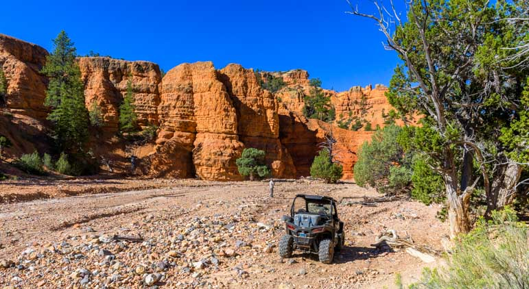 Casto Canyon trail in Utah follows a wash through the red rocks-min