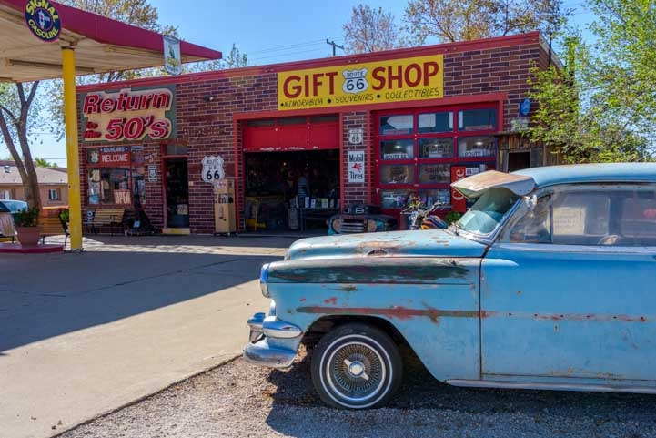 Old car and gift shop Seligman Arizona on Route 66-min