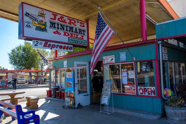 Old gas station Seligman Arizona on Route 66-min