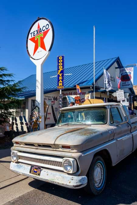 Old car and Texaco sign Seligman Arizona on Route 66-min