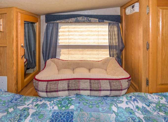 2005 Arctic Fox 860 Truck Camper interior