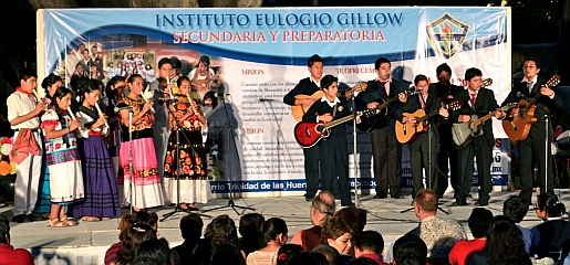 Instituto Eulogio Gillow schoolkids play